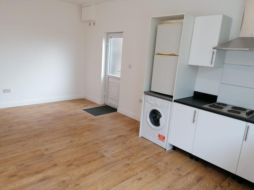 Studio To Let In Carshalton £1050 PCM